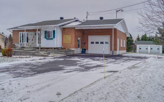 Bungalow avec garage à vendre rue Principale Lac-Drolet Flex Immobilier Élévation avant et garages