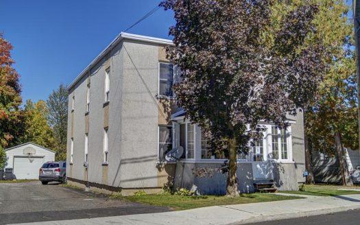 Duplex avec garage à vendre rue Taylor Waterloo Montérégie Flex Immobilier Élévation avant et garage