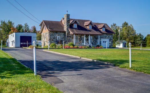 Maison à étages à vendre rue Principale Lac-Drolet Flex Immobilier Élévation avant et garage-atelier