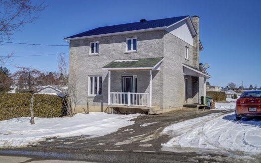 Maison à rénover à vendre rue Ball Richmond Estrie Flex Immobilier Élévation avant