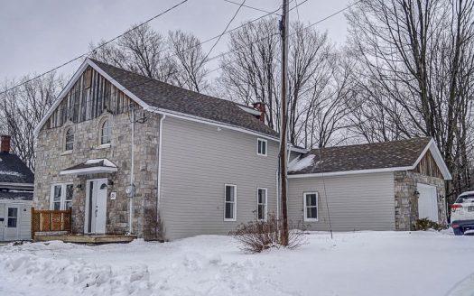 Maison à vendre rue Leroy Robinson Stanstead Flex Immobilier Élévation avant et garage attaché, isolé et chauffé