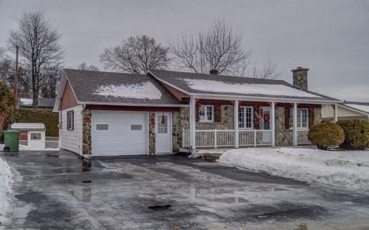 Bungalow à vendre rue Cayer Sherbrooke Nord Flex Immobilier Élévation avant et garage