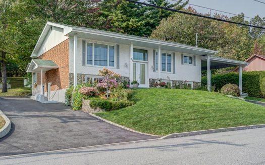 Maison avec logement à vendre Sherbrooke Nord Flex Immobilier 2 entrées de cour et accès au logement du sous-sol