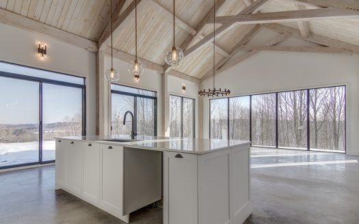 Maison neuve de prestige à vendre Canton de Hatley Estrie Flex Immobilier Conception à aire ouverte avec plafond cathédrale de 20' (rez-de-chaussée)