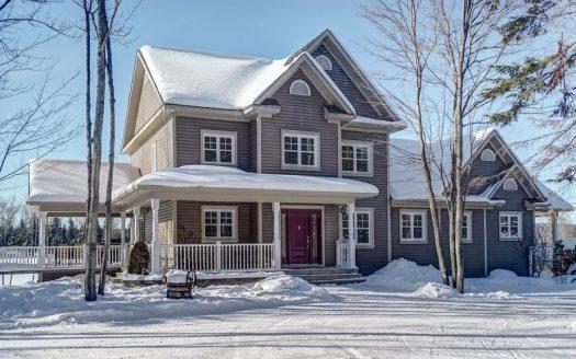 Maison haut de gamme avec logement à vendre Sherbrooke Rock Forest Flex Immobilier Élévation avant et logement à droite