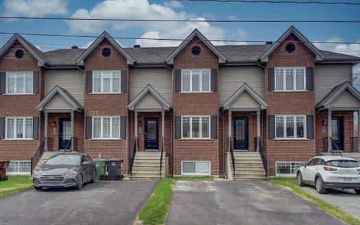 Maison de ville à vendre Sherbrooke Fleurimont Flex Immobilier Élévation avant (2e maison au centre à partir de la droite)