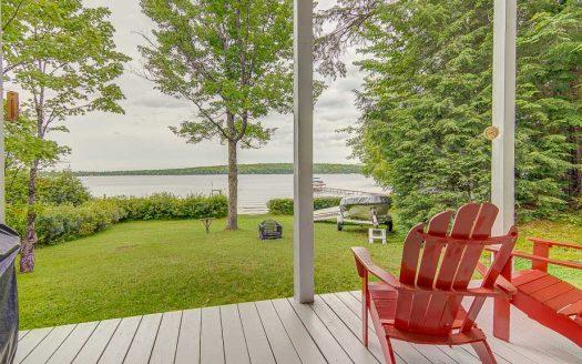 Chalet au bord de l'eau à vendre lac Elgin Estrie Flex Immobilier Vue à partir du patio couvert