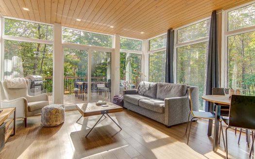 Chalet à louer vacance Airbnb Pont-Rouge Québec Flex Immobilier Salon ouvert sur la nature !